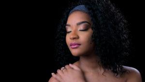 Portrait femme, maquillage d'une afro en studio