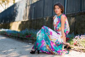 Photo portrait fleuri femme robe longue en extérieur