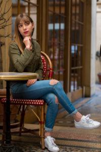Portrait blogueuse influenceuse paris en extérieur