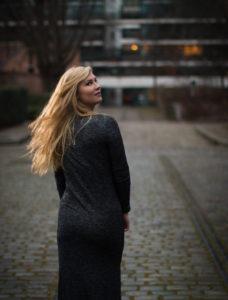Portrait blogueuse influenceuse bercy en extérieur